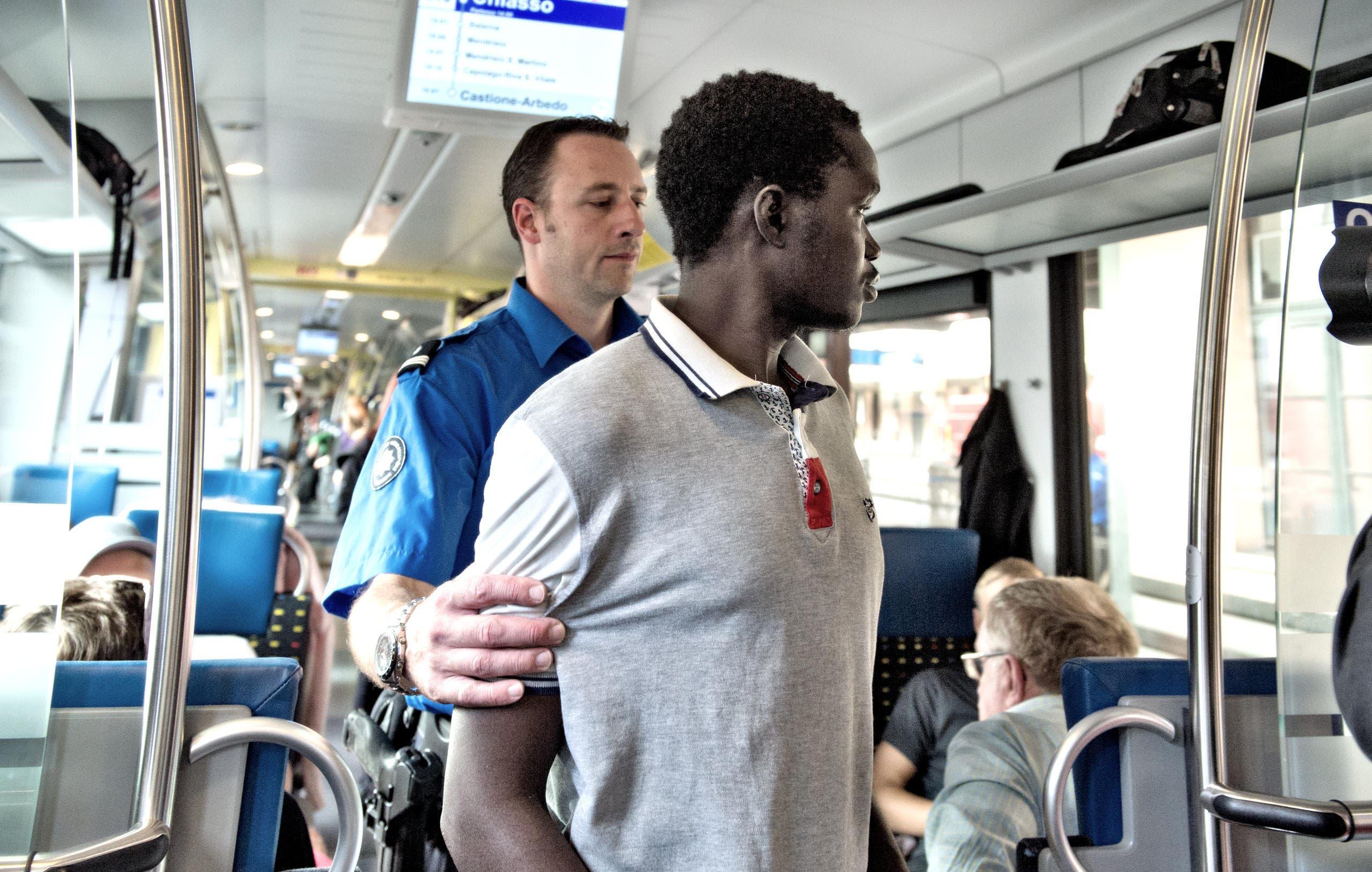 Nach Stichkontrollen im Zug werden Verdächtige Reisende abgeführt und an der Grenzwachtstelle untersucht. (Bild: Nadia Schärli (Neue LZ))