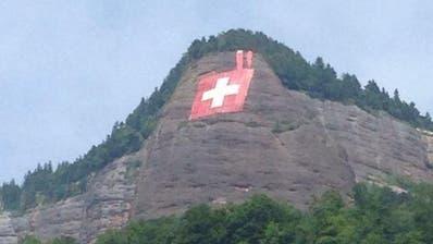 VITZNAU: Schweizerfahne hängt wieder am Fels