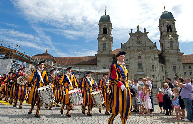 Ehemalige Gardisten vor dem Kloster Einsiedeln. (Bild: Eveline Beerkircher / Neue LZ)