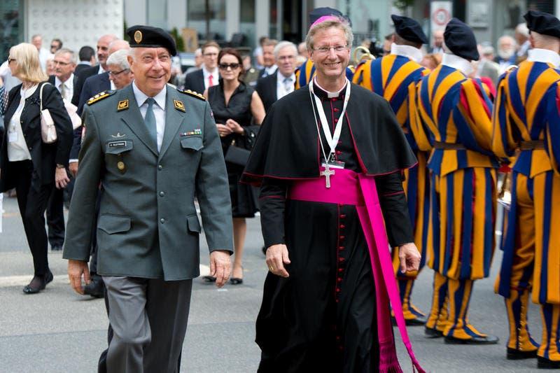 Der Chef der Schweizer Armee André Blattmann (links) und Alain de Raemy, Weihbischof von Lausanne, Genf und Freiburg, während des Umzugs. (Bild: Eveline Beerkircher / Neue LZ)