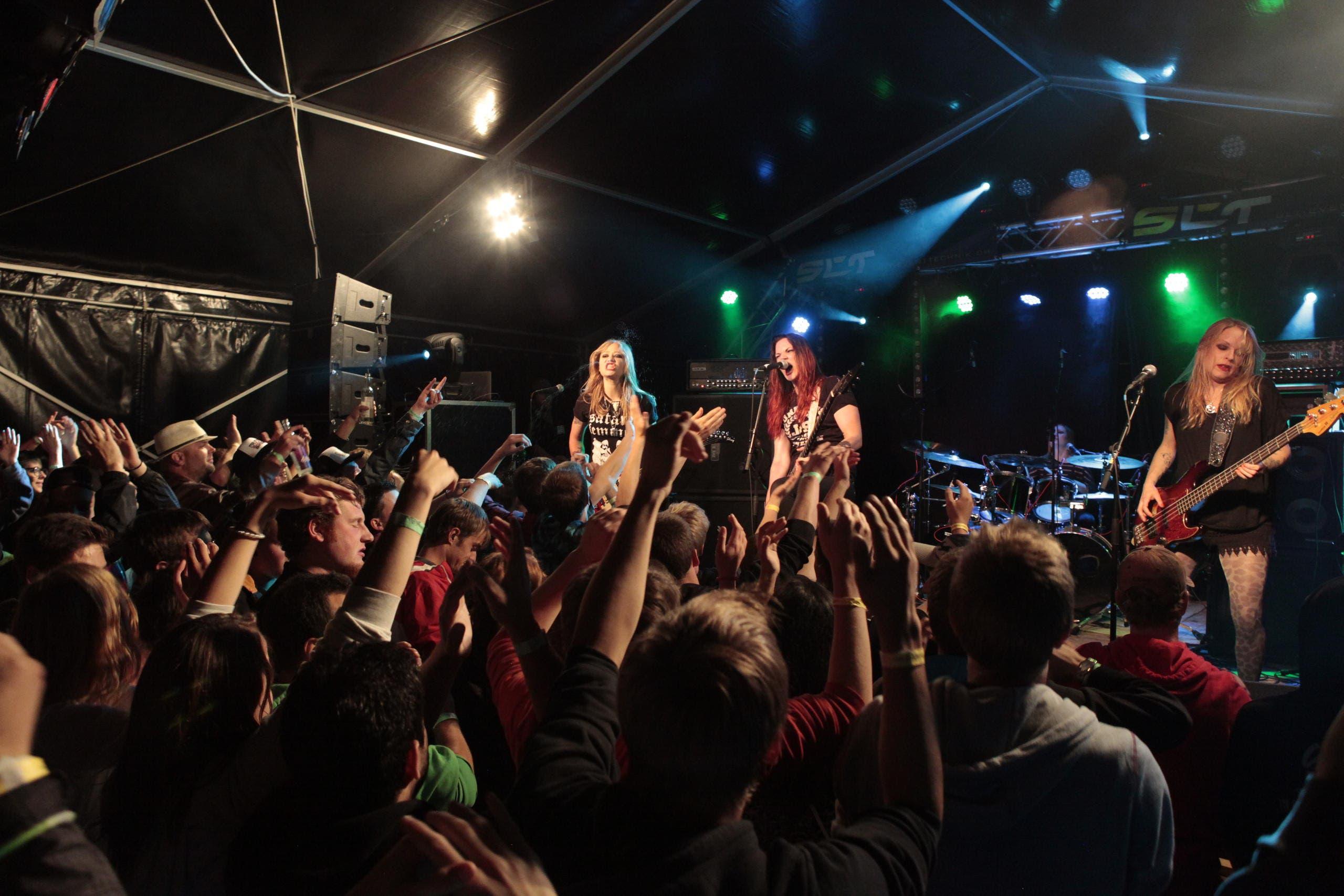Crucified Barbara beim Auftritt am Samstagabend (Bild: Florian Arnold (Neue UZ))