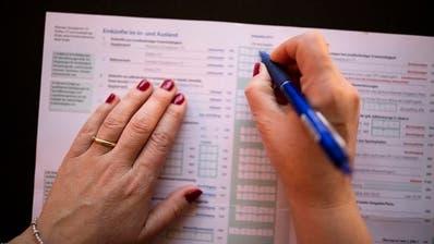 Eine Frau füllt die Steuererklärung aus; hier noch ganz «analog». (Bild: Keystone, Zürich, 3. Februar 2016)