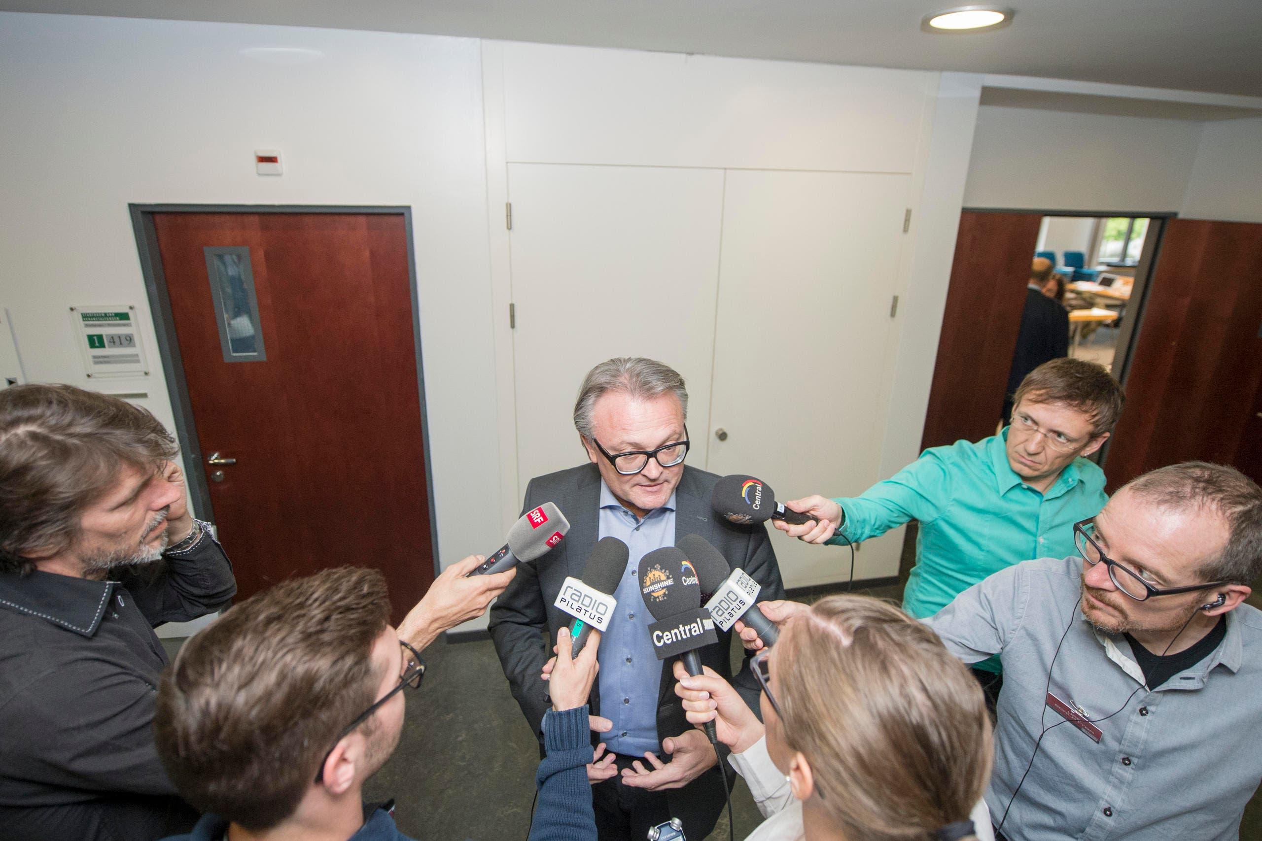Der Luzerner Stadtpräsident Stefan Roth war am Wahlsonntag vom 1. Mai ein gefragter Mann: Als Interviewpartner zu seiner Nicht-Wiederwahl. (Bild: Keystone / Urs Flüeler)