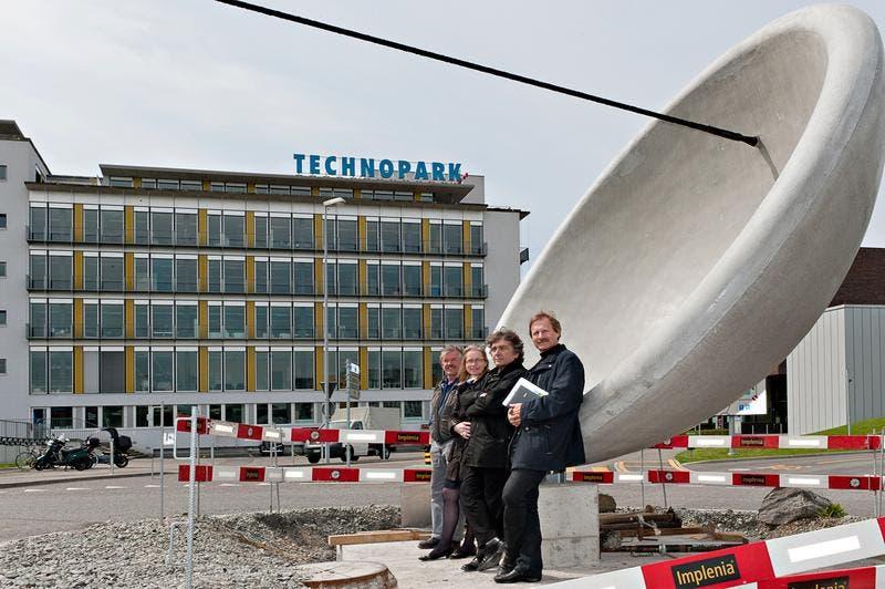 Stahlbauer Ueli von Niederhäusern, Projektleiterin Friederike Schmid, Costas Varotsos und Ingenieur Martin Dietrich (von links) vor der «Tension-Energy». (Bild: PD/Roberto Conciatori)