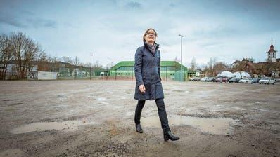 Die Surseer Stadträtin Heidi Schilliger auf dem brachliegenden Zirkusplatz. (Bild: Pius Amrein, 28. März 2018)