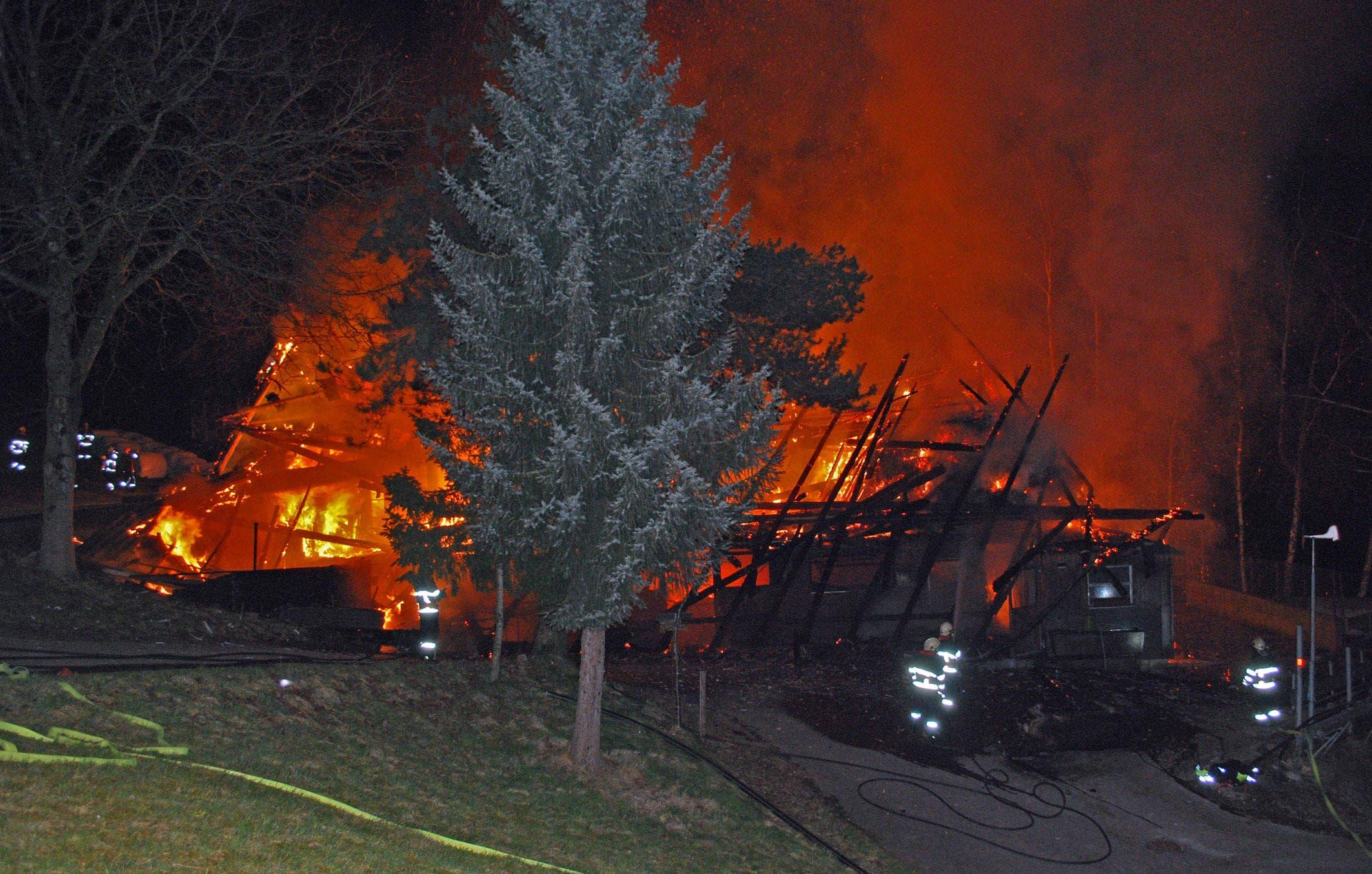 Der Brand der Scheune im Gebiet Hüseli zwischen Malters und Schwarzenberg ist um 1.15 Uhr gemeldet worden. (Bild: Luzerner Polizei)