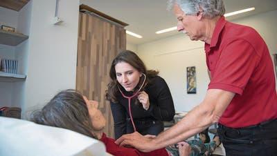 Hausarzt Aldo Kramis leitet Studentin Vivienne Woodtli an, wie man den Herzschlag abhört. (Bild: Dominik Wunderli, Emmenbrücke, 3. April 2018)