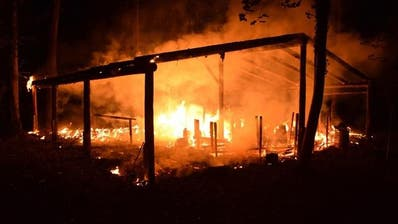 ALPNACH DORF: Unbekannte Täterschaft setzt Waldkindergarten in Brand
