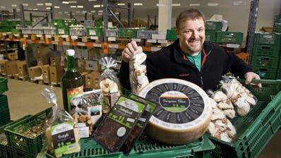 Regiofair-Chef Andi Lieberherr zeigt einen Teil seiner Waren am Standort in Zell. (Bild: Corinne Glanzmann)