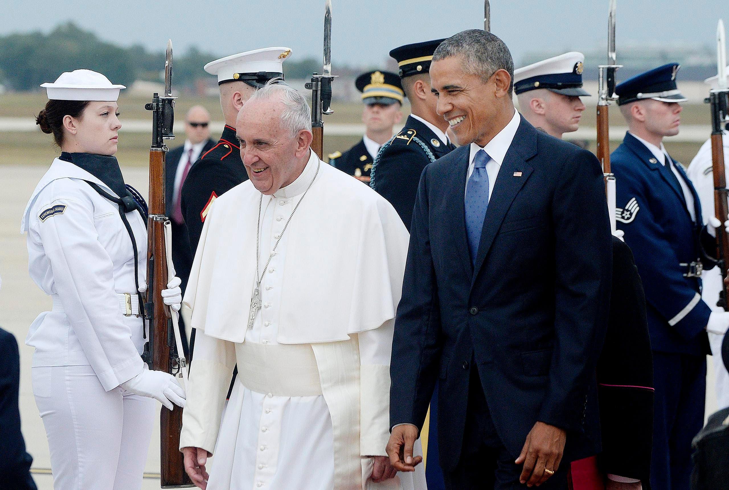 Die Ettikette forderts: Militärische Ehren für den Papst. (Bild: EPA / Olivier Douliery / Pool)