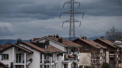 In Neuenkirch verläuft eine Höchstspannungsleitung mitten durch mehrere Wohnquartiere. (Bild: Boris Bürgisser, 13. März 2018)