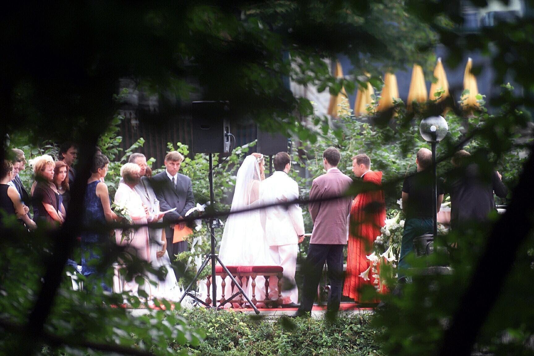9. August 2001: Der Popstar DJ Bobo heiratet seine Sängerin Nancy Rentzsch im Gütsch. (Bild: LZ Archiv)