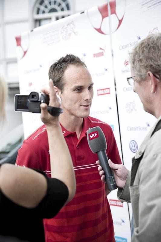 Steve Von Bergen gibt Interviews (Bild: Manuela Jans / Neue LZ)