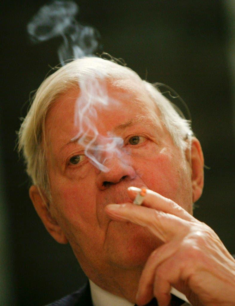 Der ehemalige Bundeskanzler Helmut Schmidt, so wie man ihn in Erinnerung behalten wird: Er raucht eine Zigarette vor der Eröffnung einer Foto-Ausstellung über ihn in Berlin am Mittwoch,17. Dezember 2008. (Bild: Keystone)