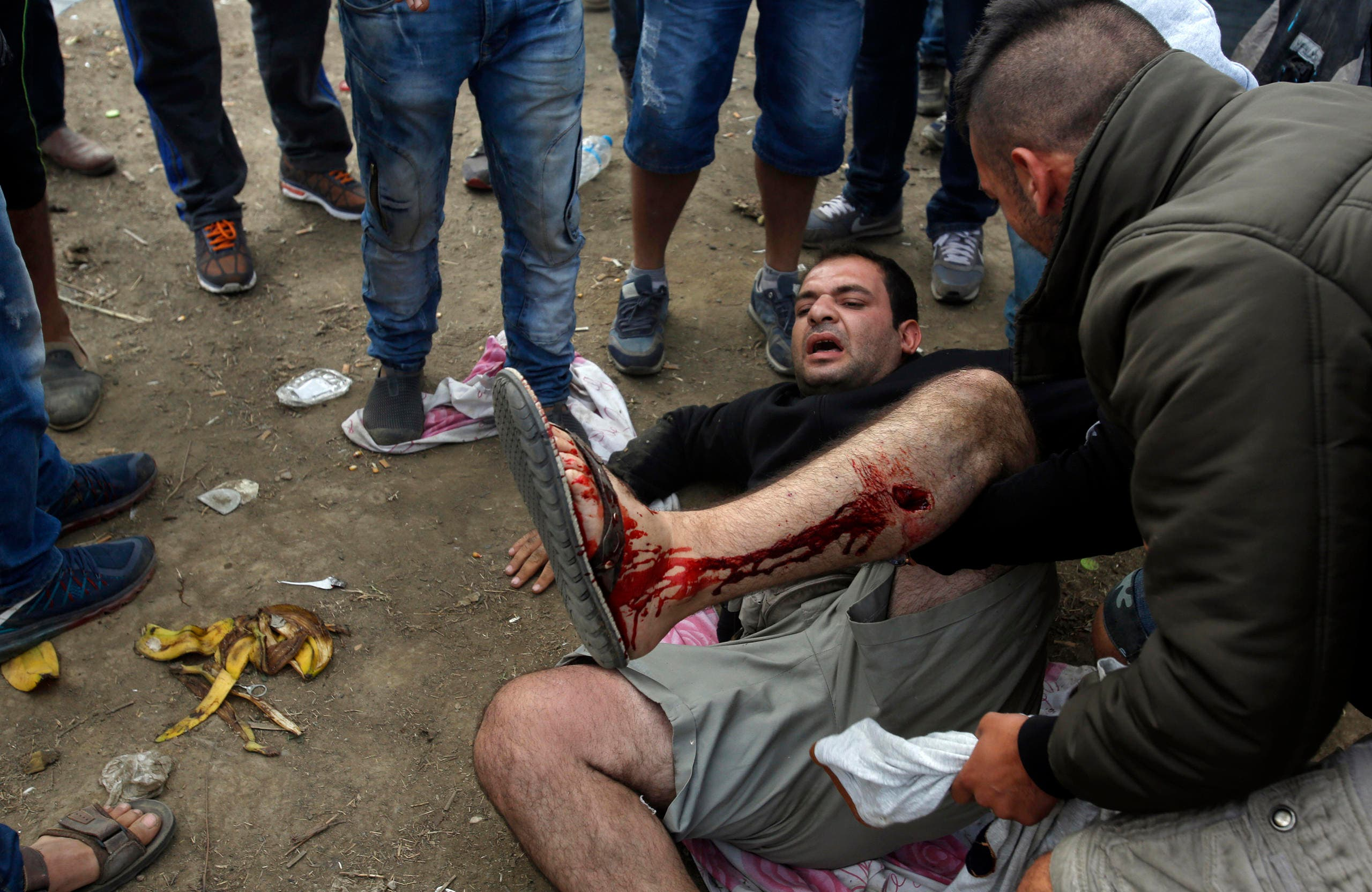 Ein verletzter Mann wird notdürftig versorgt. (Bild: Keystone/AP Photo/Darko Vojinovic)