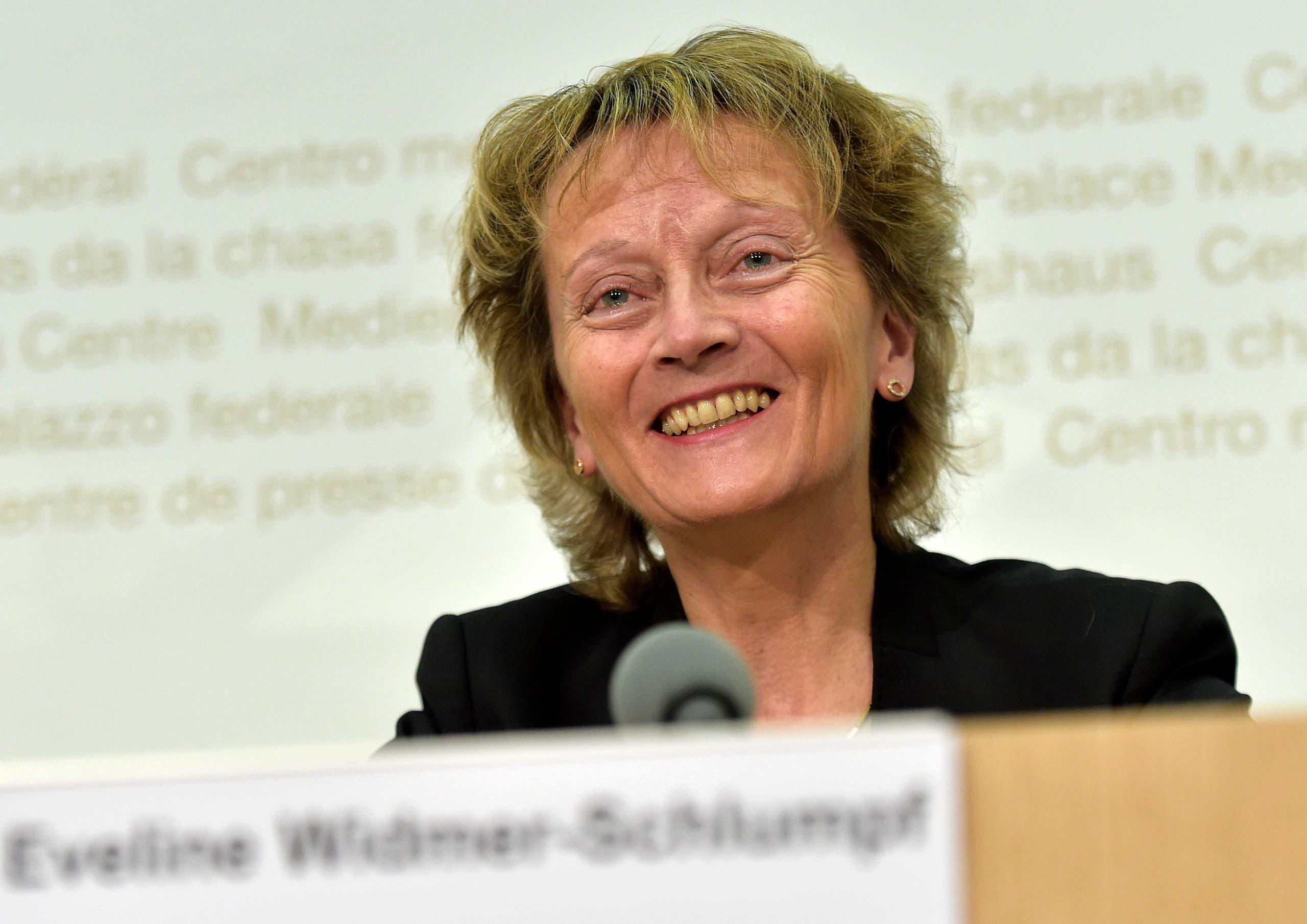 Gut gelaunt erklärt Eveline Widmer-Schlumpf am 28. Oktober 2015 ihren Rücktritt aus dem Bundesrat auf Ende Jahr. (Bild: Keystone / Lukas Lehmann)