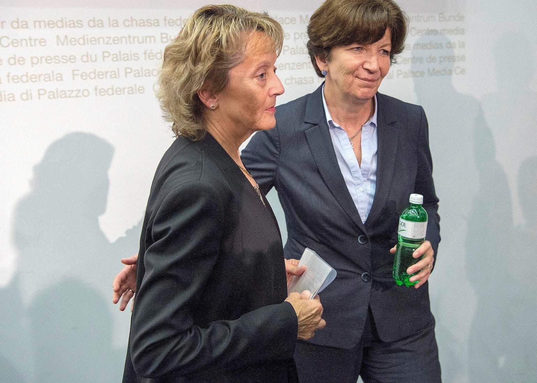 Bundesrätin Eveline Widmer-Schlumpf (links) mit Kommunikationschefin Brigitte Hauser am 28. Oktober 2015 nach der Pressekonferenz im Bundeshaus. (Bild: Keystone / Lukas Lehmann)