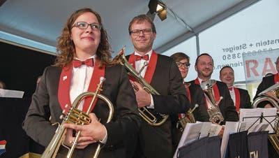 Die Mitglieder der Feldmusik Knutwil – beim Festakt – spielen nun in neuer Uniform auf. (Bild: Dominik Wunderli (St. Erhard, 10. Juni 2017))