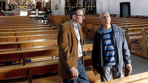 Der Gemeindeleiter Urs Corradini (links) und Ausstellungsleiter Ruedi Emmenegger begutachten die 200 Jahre alte Kirche. (Bild: Corinne Glanzmann)
