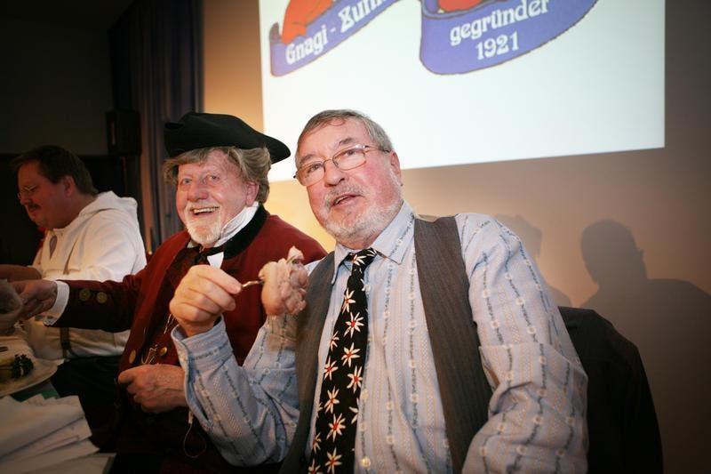 Gnagivater Ruedi Bürgi und Schatzmeister Hans Pfister am Gnagiessen 2010. (Bild: Archiv / Neue LZ)