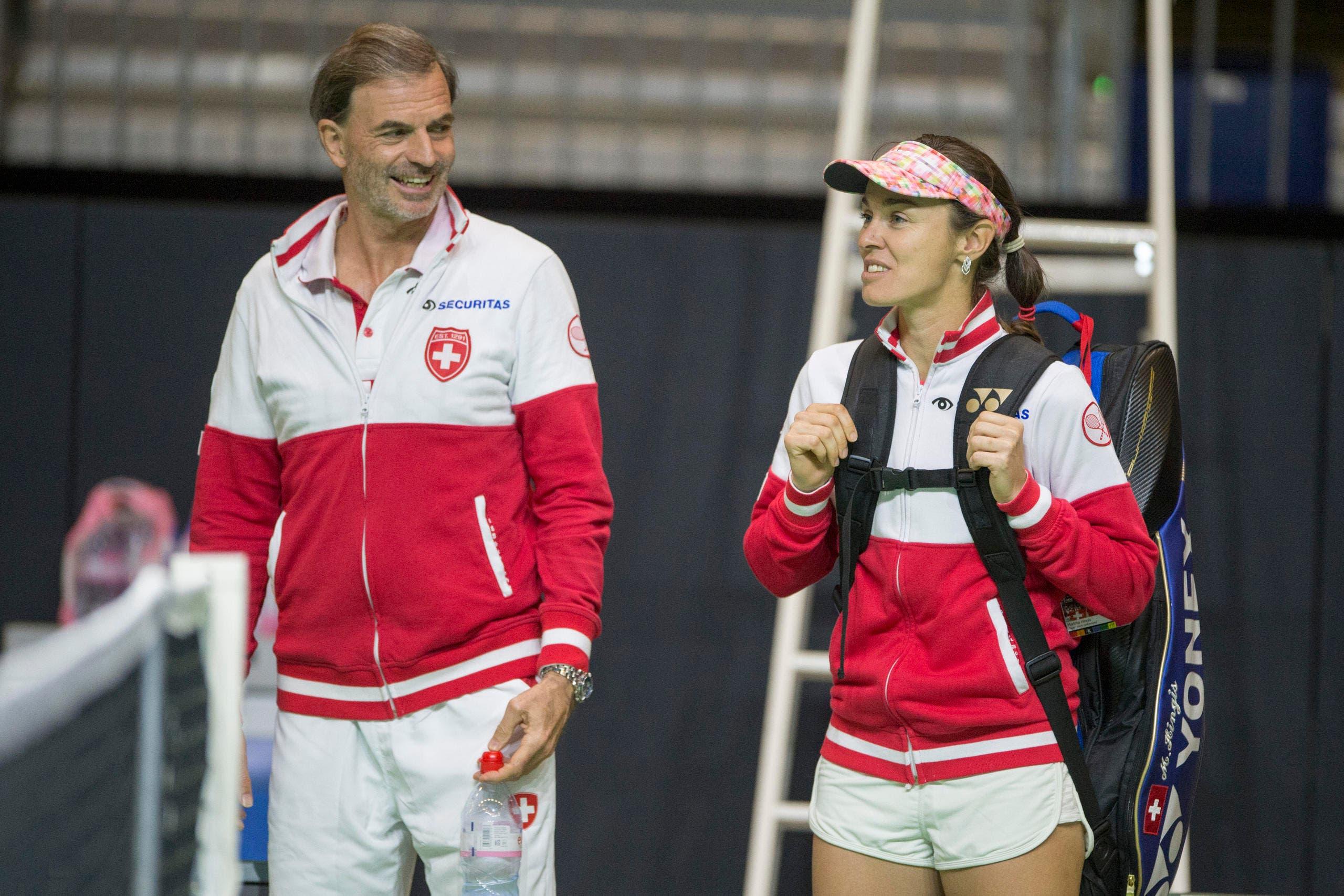 Teamchef Heinz Günthardt im Gespräch mit Martina Hingis. (Bild: Keystone / Urs Flüeler)