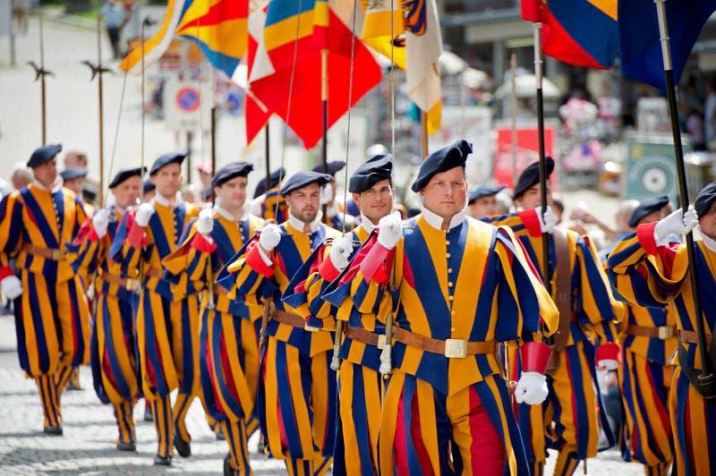Sie marschieren während des Umzuges in Reih und Glied: Die ehemligen Schweizergardisten in ihren auffälligen Gewändern. (Bild: Eveline Beerkircher / Neue LZ)