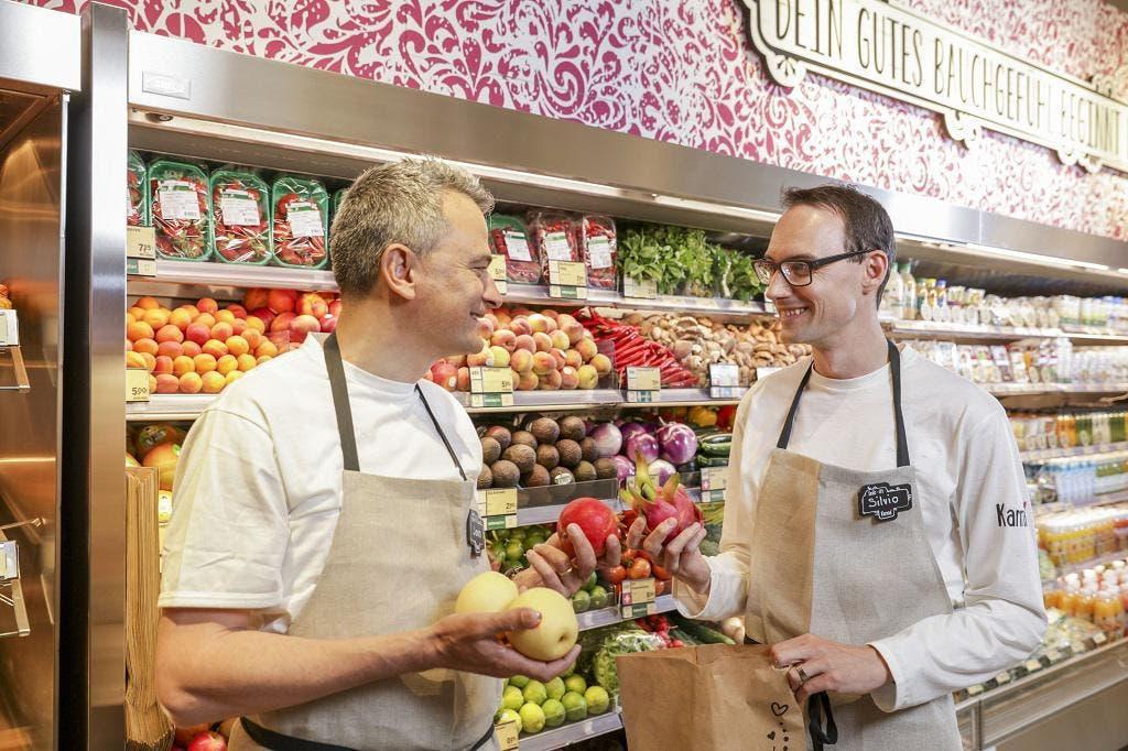 Joos Sutter, Vorsitzender der Coop-Geschäftsleitung (links) und Silvio Baselgia, Leiter Frischprodukte, im neuen Karma-Shop im Bahnhof Zug (Bild: PD)