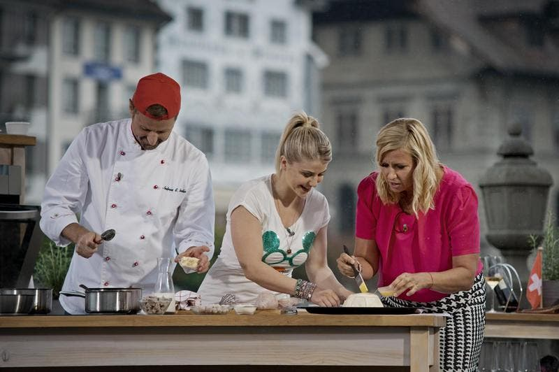 Schlagersternchen Beatrice Egli, zusammen mit Gourmetkoch Andreas C. Studer und ZDF-Moderatorin Andrea Kiewel vor der Jesuitenkirche in Luzern. (Bild: Pius Amrein / Neue LZ)
