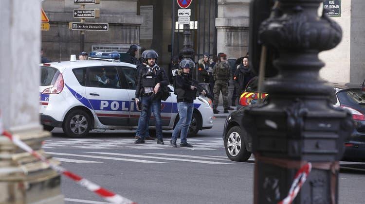 TERRORVERDACHT: Messerattacke am Louvre