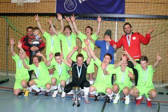 Die B-Junioren der Rottal Selection freuen sich über den Sieg am IFV-Hallenfussballturnier in Entlebuch. (Bild: PD)