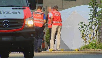 Die Polizei sicherte den Unfallort am frühen Sonntagmorgen ab. ((Bild: Beat Kälin/newspictures.ch))
