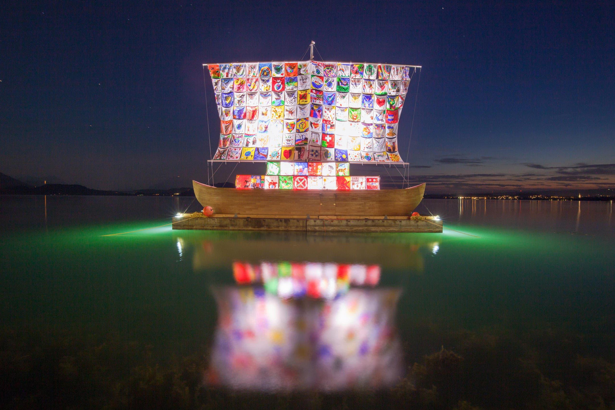 Das «Ship of Tolerance» in der Zuger Vorstadtbucht, fotografiert in der Abenddämmerung. (Bild: Leser Daniel Hegglin)