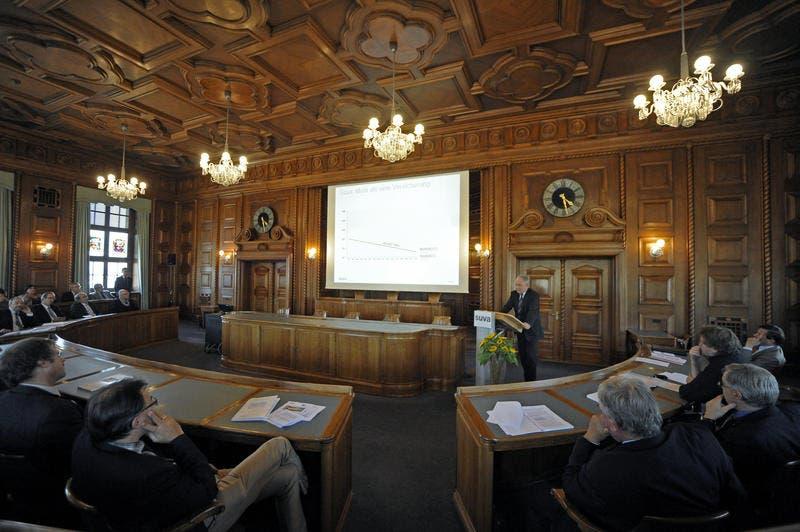 Ein Blick in den Verwaltunsratssitzungssaal bei der Rede von Ulrich Fricker, dem Vorsitzenden der Suva-Geschäftsleitung. (Bild: Pius Amrein / Neue LZ)
