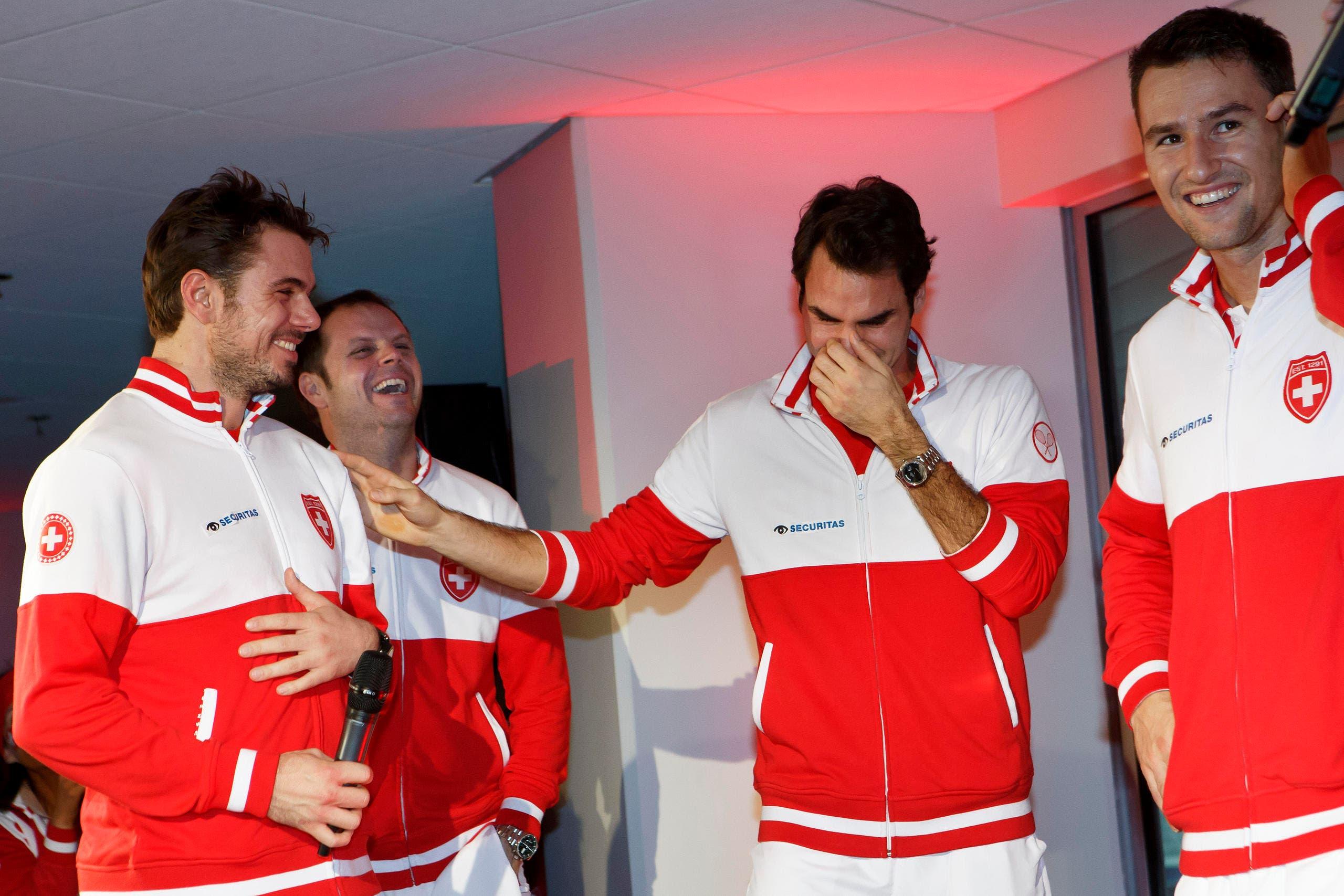 Es gibt viel zu lachen: Stan Wawrinka (links) mit Roger Federer, beobachtet von Marco Chiudinelli (rechts) und Severin Lüthi. (Bild: Keystone)
