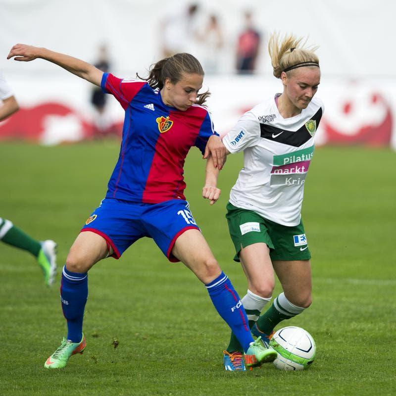 Die Krienserin Sarah Puntigam (rechts) im Duell gegen Basels Fabienne Bangerter. (Bild: Keystone)