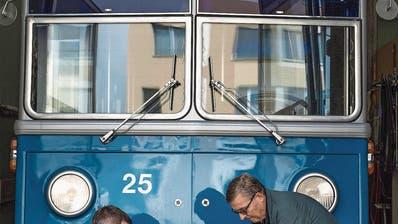 NOSTALGIE: Sie machen alte Busse wieder flott