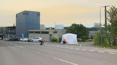 Spurensicherung an der Reusseggstrasse. ((Bild: Beat Kälin/newspictures.ch))