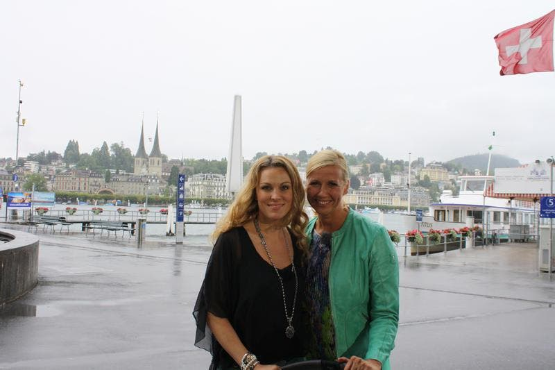 Vor dem KKL trifft Moderatorin Andrea Kiewel (rechts) Rennfahrerin Christina Surer. (Bild: ZDF / Christoph Hillenbrand)