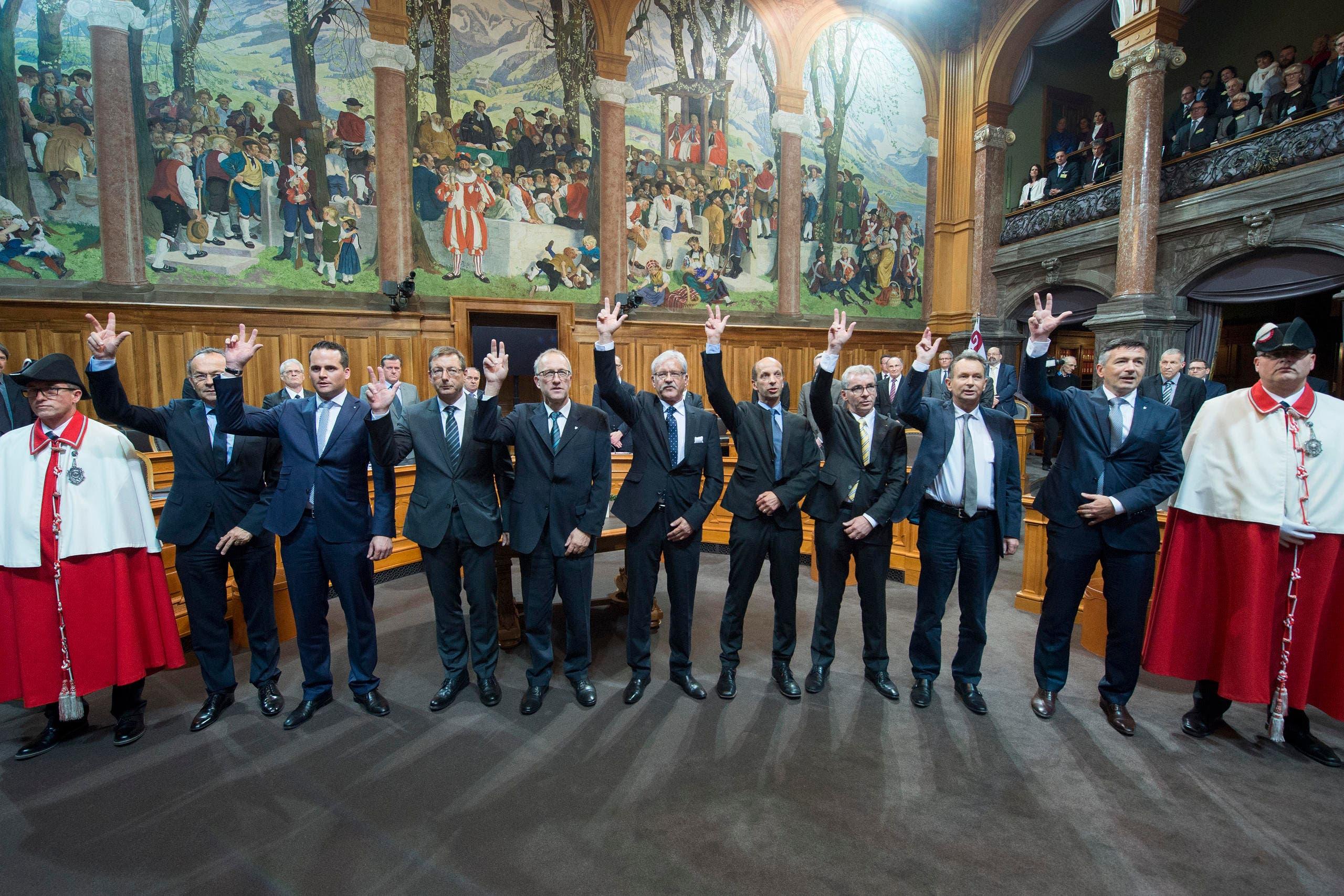 Vereidigungszeremonie der neugewählten Ständeräte. Auf dem Bild zu sehen sind Damian Müller (Luzern, zweiter von links), Josef Dittli (Uri, dritter von links), Peter Hegglin (Zug, vierter von links), Erich Ettlin (Obwalden, dritter von rechts) und Hans Wicki (Nidwalden, ganz rechts). (Bild: Keystone)