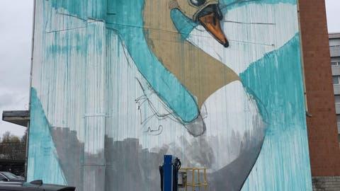 SURSEE: Luzerner Street-Art-Künstlerduo «Queenkong» gestaltet Riesengraffiti