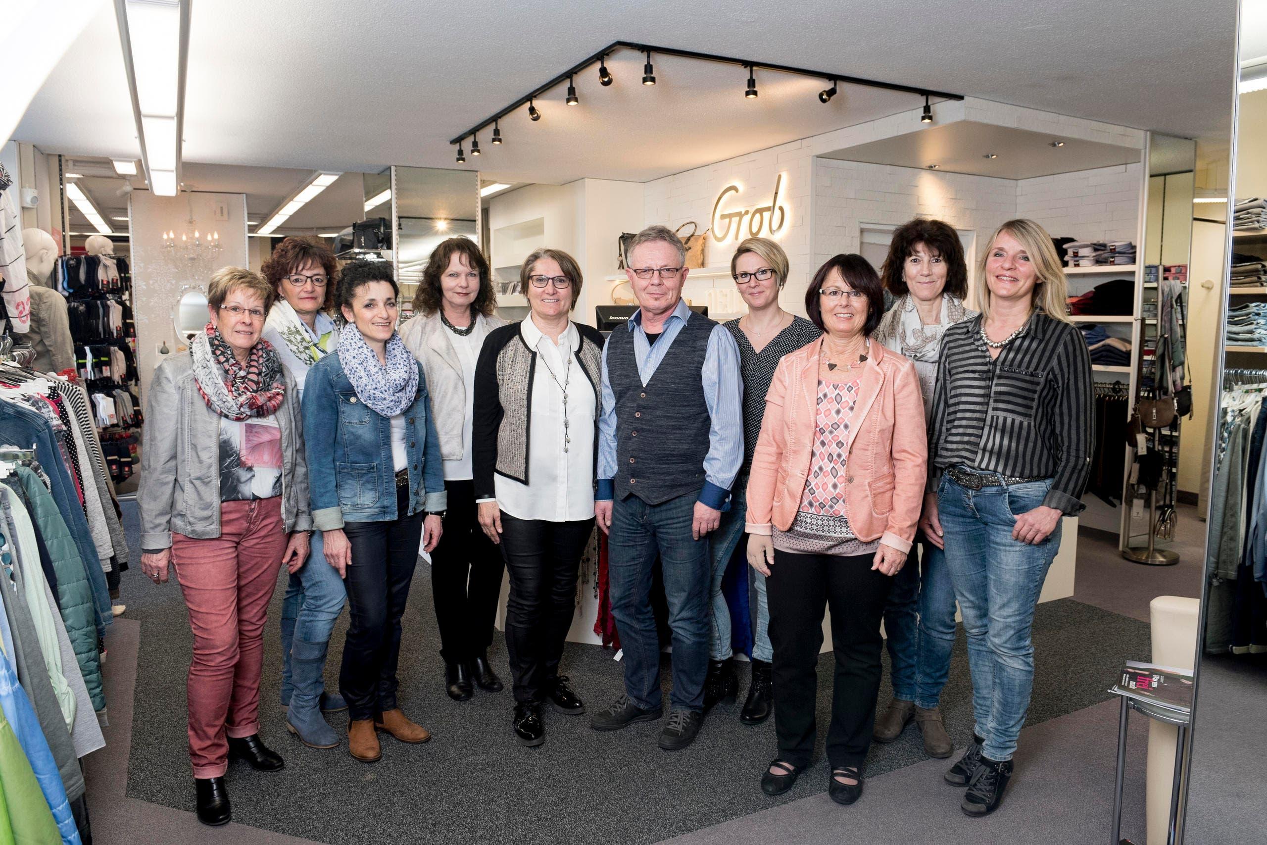 Das Team rund um Geschäftsführerin Angela Dünner (5. von links) im Modehaus Grob. (Bild: Mareycke Frehner)