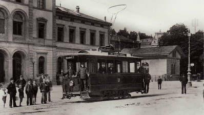 Tramwagen der Linie vom Bahnhof ins Krontal auf dem St.Galler Bahnhofsplatz 1898. Im Hintergrund der alte St.Galler Bahnhof. An seiner Stelle steht heute das Rathaus. (Bild: Stadtarchiv der Ortsbürgergemeinde St.Gallen)