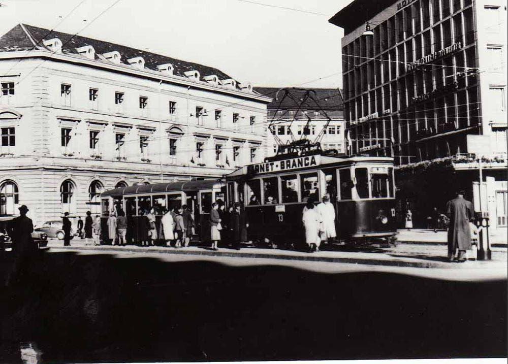 Am letzten Betriebstag des Trams. Es verkehrte letztmals am 30. September 1957 auf der bereits verkürzten Strecke von Schönenwegen ins Neudorf. Im Bild die Haltestelle auf dem Bahnhofplatz. Im Hintergrund ist das alte Rathaus zu erkennen. (Bild: Stadtarchiv der Ortsbürgergemeinde St.Gallen)