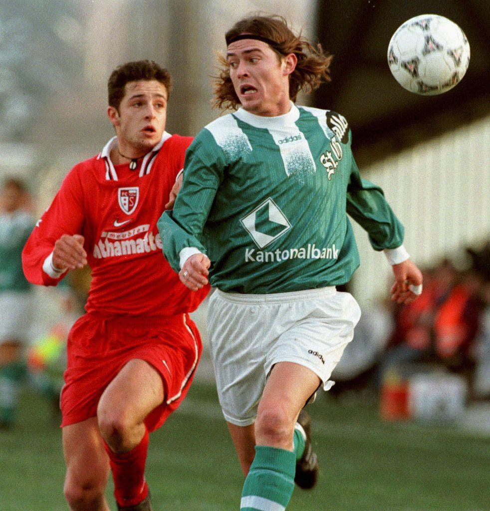 Im Espenmoos trugen die Spieler auch Streifen, nur waren sie nicht ganz so lang - Heimtrikot Saison 97/98. Im Bild: Patrick Bühlmann, verfolgt von Sébastien Lipawsky von Sion. (Bild: Keystone)