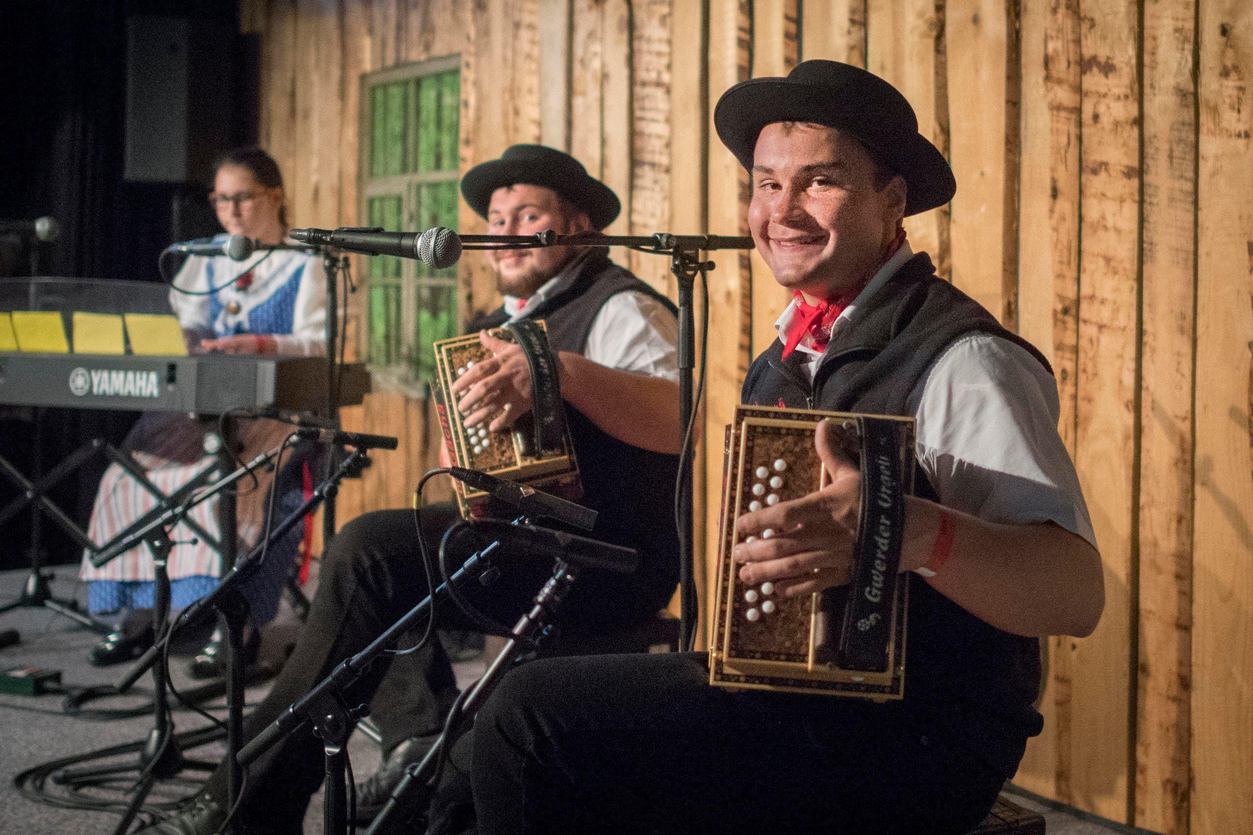 Diä Gächä aus Untereggen unterhalten auf der Bühne. (Bild: Benjamin Manser)