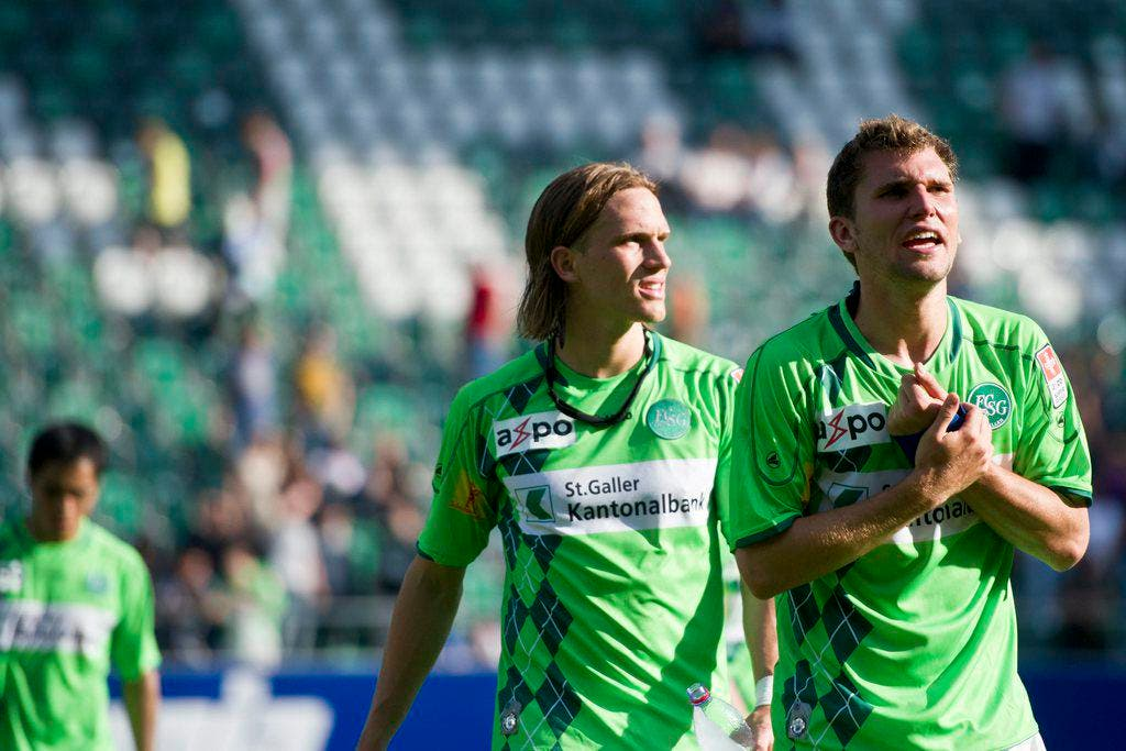 Dieses Trikot war besonders grell: Heimtrikot Saison 10/11. Die enttäuschten Spieler Michael Lang und Philipp Muntwiler nach dem Match gegen den FC Zürich. (Bild: Keystone)