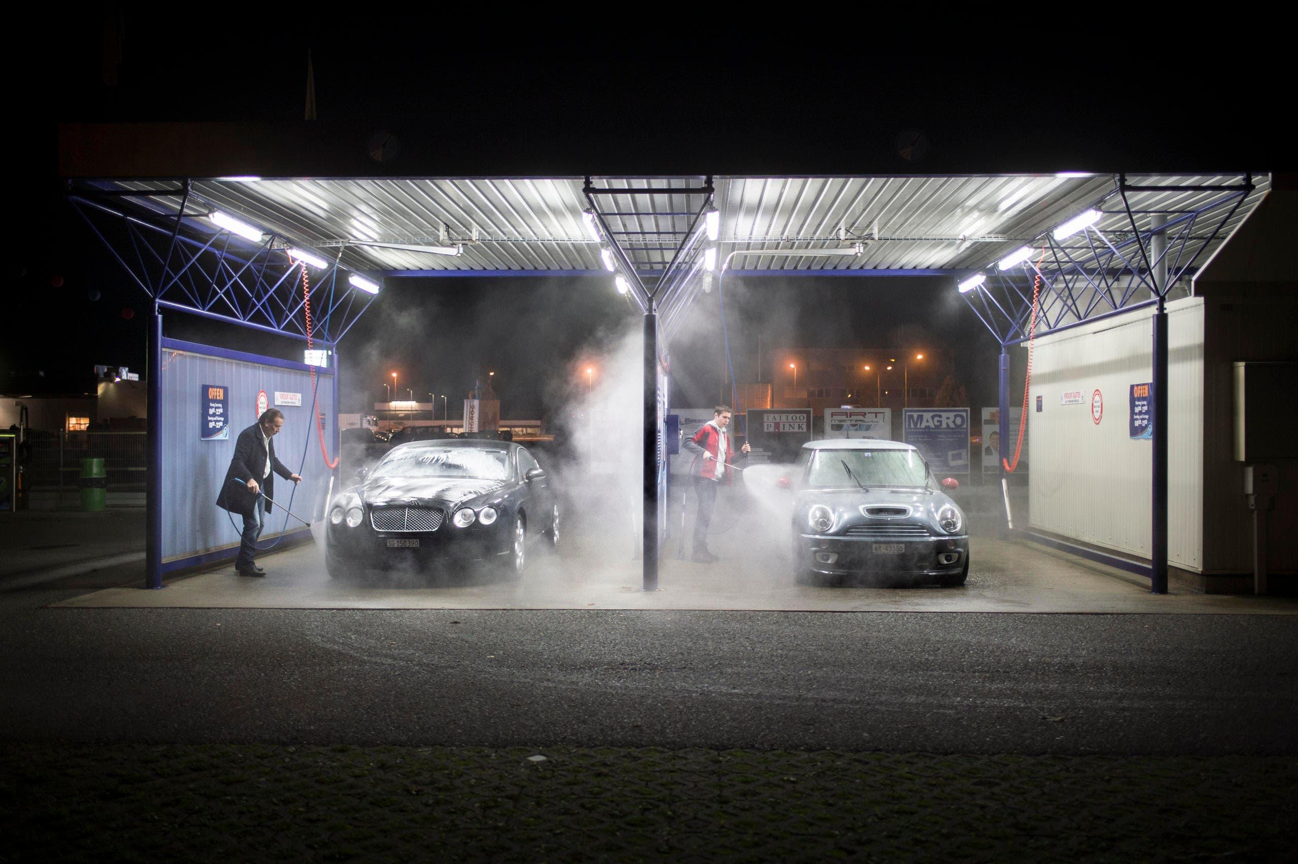 Zwei Männer beim Waschen ihres Autos in der Waschanlage Rheineck. (bild Benjamin Mnser) (Bild: Benjamin Manser (Benjamin Manser))