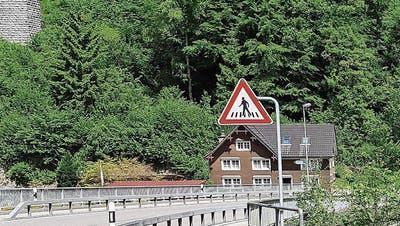 Diese Gefahrentafel ist viele Meter vom Zebrastreifen entfernt und wird dadurch nicht immer wahrgenommen. (Bild: Martina Signer)