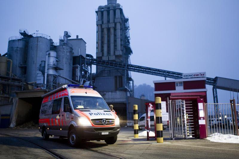 Die Einsatzleitung der Luzerner Polizei beim Verlassen der Kronospan. (Bild: Manuela Jans / Neue LZ)