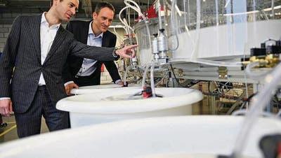 Die Brüder Daniel und Martin Spring (von links) kontrollieren die Apparate, mit denen das Diamantpulver gewonnen wird. (Bild: Reto Martin)